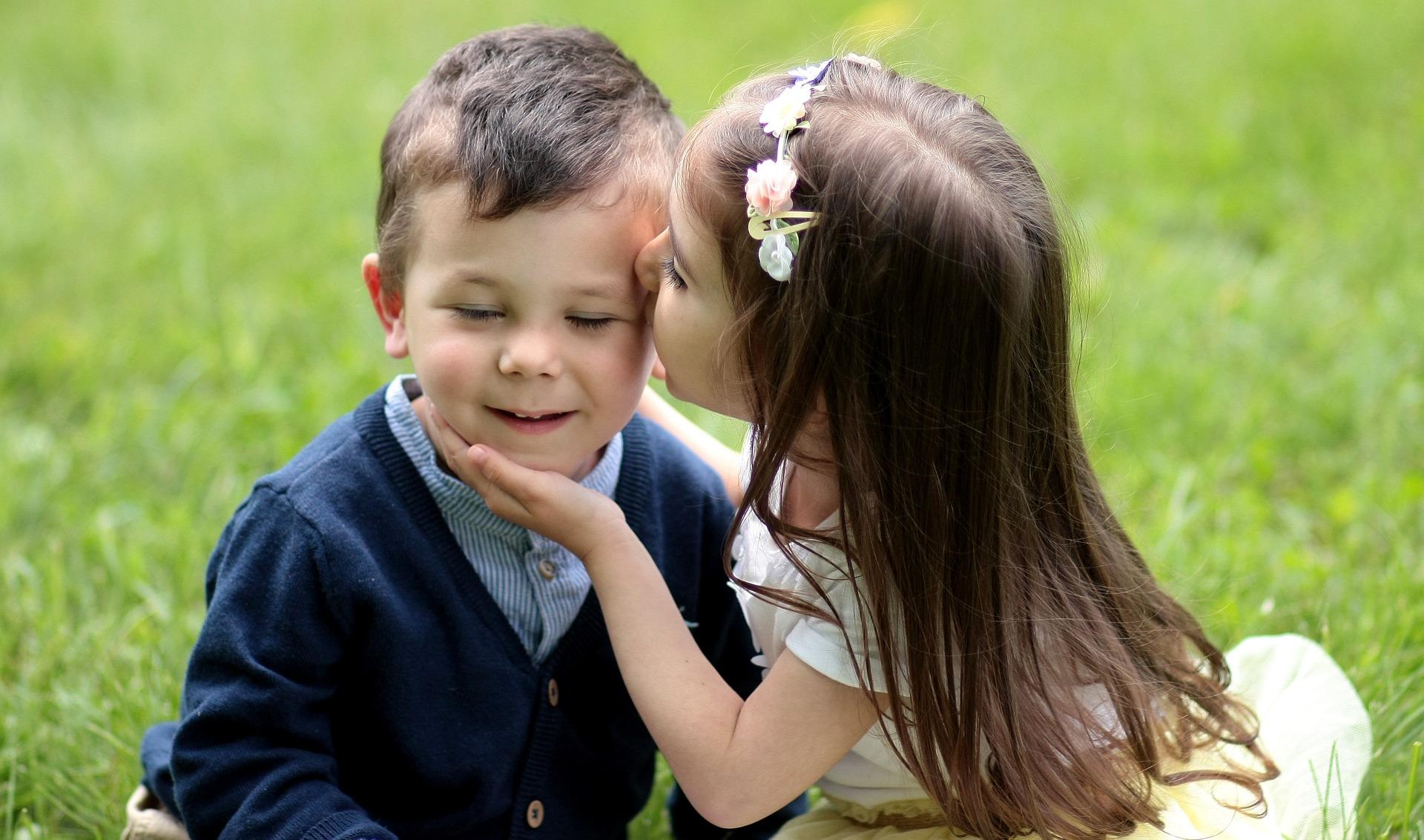Дети целуются: картинки и фото дети целуются, скачать рисунок